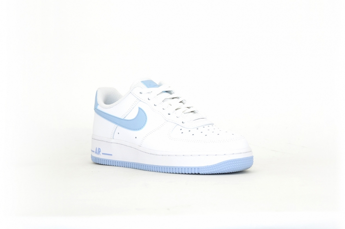 Nike Air Force 1 07 weiß / himmelblau