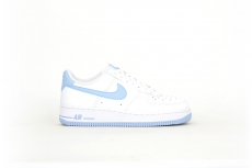 Nike Air Force 1 07 3 weiß / hellblau