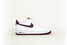 Nike Air Force 1 07 weiß / burgundy